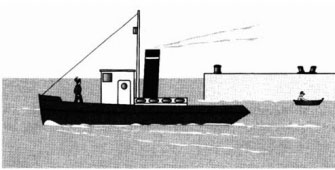 Моряк идет по палубе к рубке корабля